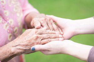 mulher-jovem-segurando-idoso-mao_34840-377